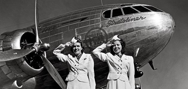 Dos Azafatas posan para la cámara delante de un flamante Stratoliner de TWA (Fuente: Boeing/www.airspacemag.com)