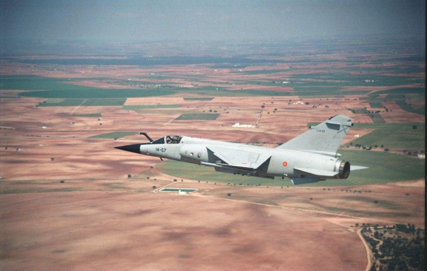 F-1M Mirage en vuelo. Obsérvese la presencia de la sonda de repostaje en vuelo en el morro (Fuente: www.ejercitodelaire.mde.es)