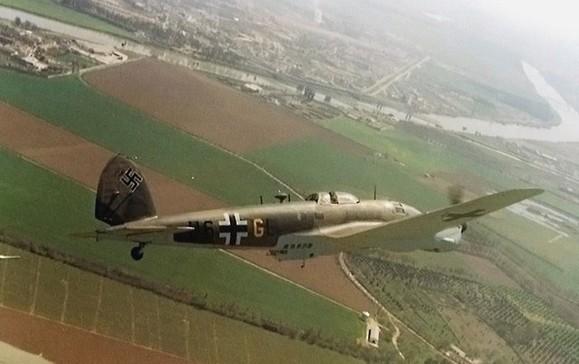 """Un CASA 2111 (Heinkel He-111 H con motores Rolls Royce)  español sobrevolando Tablada con el esquema de pintura y la decoración aplicada para el rodaje de """"La Batalla de Inglaterra"""" en 1960"""