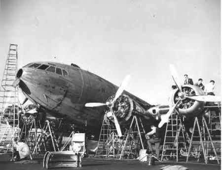 Operarios de Boeing en Seattle haciendo trabajos de modernización en un Stratoliner en 1944 (Fuente: www.century-of-flight.net)