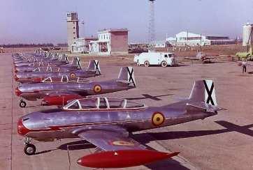 Línea de vuelo de HA-200A a principios de los años sesenta, recién salidos de la cadena de montaje de San Pablo, y sin números de unidad (Fuente: (Colección Juan Arráez)
