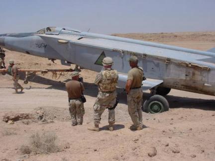 Uno de los rivales más serios de los Tomcat iraníes: El MiG-25RBT. Pilotados por soviéticos y alemanes del Este, eran difíciles de interceptar. Este superviviente de la Guerra Irán-Irak y de la Guerra del Golfo de 1991 fue encontrado así por las tropas norteamericanas, oculto y sin alas, en la base de al-Taqaddum en Julio de 2003 (Fuente: US DOD)