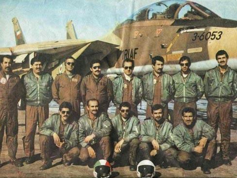 Tripulaciones iraníes de la TFB 8 posan delante del F-14 3-6053. A pesar de las purgas y las persecuciones del régimen de Jomeini, muchos de ellos continuaron combatiendo fielmente por su país. La foto está tomada en 1985-86