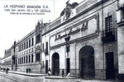 Fachada de la factoría de Hispano Aviación, en la calle San Jacinto del barrio de Triana. La foto puede fecharse en los años 40