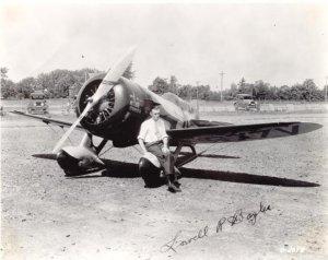 """Lowell Bayles posa delante de su Gee Bee Model Z """"City Of Springfield"""" (Fuente: www.aircraftresourcecenter.com)"""
