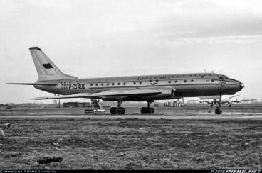 El prototipo del Tu-104 (CCCP-5400, c/n 00-00) reposa, tras sorprender al mundo, en el aeropuerto de Heathrow el 22 de marzo de 1956 (Fuente: Frank Hudson/Airliners.net)