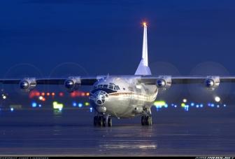 Preciosa foto nocturna de un An-12B en fase de carreteo de la operadora civil rusa Kosmos. Una de tantas pequeñas compañías surgidas tras el Derrumbe de la URSS a principios de los 90. (Fuente: Janne Laukkonen/Airliners.net)