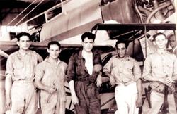El sargento mecánico Modesto Madariaga posa en el aeródromo habanero de Columbia delante del Cuatro Vientos y junto a sus homólogos cubanos
