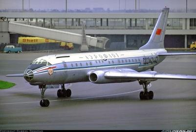 Un Tu-104 inicia el carreteo en el aeropuerto de Schiphol (Ámsterdam), a mediados de los años 70. Obsérvese la comunalidad de elementos con el Tu-16 y el morro acristalado para el navegante (Fuente: Gabriel Desmond/Airliners.net)