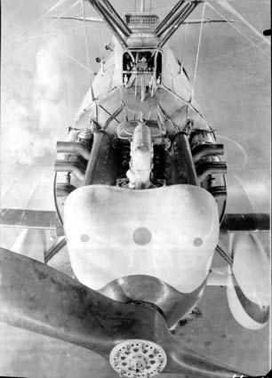 Bonita imagen del Hispano Suiza 12nb en el Cuatro Vientos. Pueden verse el bloque, las dos bancadas de cilindros y los escapes. En primer plano, la hélice bipala de madera, quizá el punto en que menos confiaba Barberán de su aparato (Fuente: Ejército del Aire)