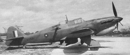 Boulton Paul Defiant TT Mk I AA591,estacionado en Tezgoan, India, en Junio de 1944. Puede verse claramente la supresión de la torreta trasera, así como la instalación de un gancho de remolque. La profunda carena delantera indica que esta unidad lleva filtros de aire para entornos polvorientos en el motor (Fuente: http://crimso.msk.ru)