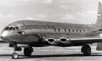 Prototipo del De Havilland Comet en uno de sus primeros vuelos. Obsérvese la colocación axial de los turborreactores y las ventanillas rectangulares, que provocaban la fatiga estructural del fuselaje y fueron sustituidas en el Comet 4 por otras circulares