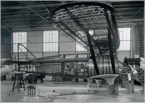 Esta fotografía de la estructura del Cuatro Vientos en los talleres de Getafe durante su construcción en 1933 permite mostrar la colocación del enorme depósito de combustible delante del cockpit. Obsérvese también la instalación del motor Hispano Suiza