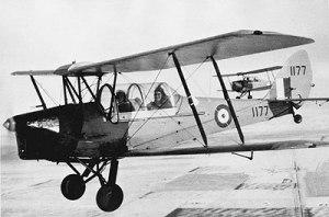 DH82C Tiger Moth de las Fuerzas Aéreas Canadienses (RCAF), reconocible por su cabina cerrada