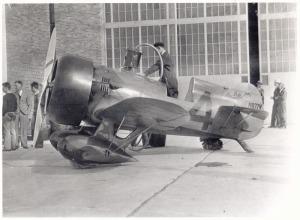 El Model Z es repostado de combustible antes de iniciar pruebas de velocidad. El avión ha sido ya remotorizado con el P&W Wasp de 750 Hp. Obsérvese la radicalidad del diseño y los trenes carenados ( Fuente: airminded.net)