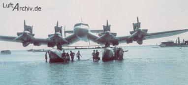 Uno de los tres Blohm & Voss Ha 139 posado en una playa indeterminada mientras se efectúan trabajos de mantenimiento en sus motores Jumo (Fuente: www.luftarchiv.de)