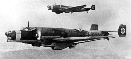 Dos Ju 86A-1 en vuelo durante unas maniobras en el invierno de 1936/37. Ambos aparecen desarmados aunque con la torreta ventral desplegada