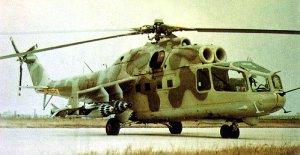 Mil Mi-24A. Esta versión temprana es fácilmente distinguible por su amplia cabina acristalada y su ametralladora frontal calibre 12.7 mm