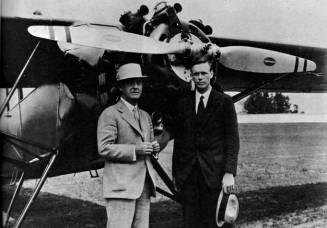 El presidente de la Packard Motor Car Co., Alvan Macauley posa junto al famosísimo aviador Charles Lindbergh delante del Stinson Detroiter equipado con el motor diesel DR980 (Fuente: www.illustratedpast.com)