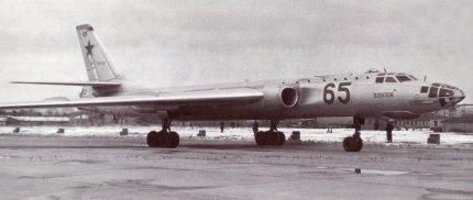 Tupolev Tu-16 en servicio. De este modelo se basará el desarrollo del Tu-104