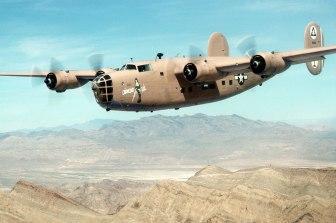 """LB-30A Liberator en vuelo. Una de las primeras versiones de producción, fue designada como avión de transporte para la RAF. Esta unidad, matrícula 40-2366 y bautizada como """"Diamond Lil"""" fue utilizada como banco de pruebas para la USAAF y actualmente es el Liberator más antiguo conservado en estado de vuelo"""