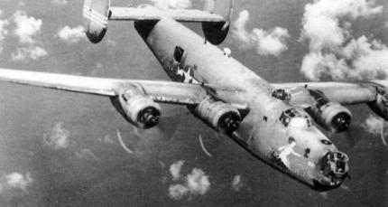 Un B-24J n/s 42-109951, bautizado como Madame Pele y perteneciente al 30º Grupo de Bombardeo de la 7ª Fuerza Aérea de la USAAF en una misión sobre el Pacífico. Esta versión fue la más construida y como rasgo más definido, poseía torreta defensiva de accionamiento hidráulico en proa, como aquí puede observarse.