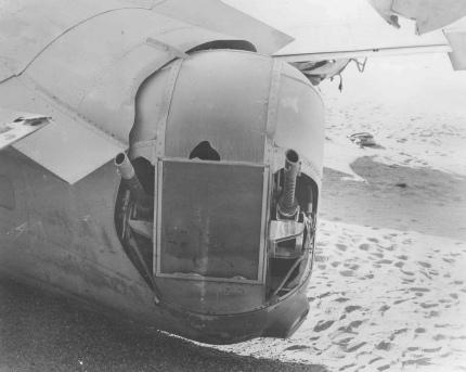 """Torreta de cola del """"Lady Be Good"""". El desierto había preservado tan bien los restos que las ametralladoras aún funcionaban (Fuente: U.S. Air Force)"""