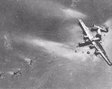 """Imagen aérea del """"Lady Be Good"""" cuando fue encontrado por prospectores de la British Petroleum, 15 años después de su desaparición"""