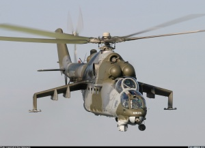 En este Mil Mi-24V checo podemos observar todas las características de la aeronave: los pilones de las semialas, cabina de burbuja en tándem y la ametralladora rotativa 12.7 mm en el morro. Obsérvese los dos bulbos en la proa, correspondientes al sistema de detección y puntería OPS-24  y al sistema de seguimiento de los misiles anticarro (Fuente: Ron Kellenaers/airliners.net)