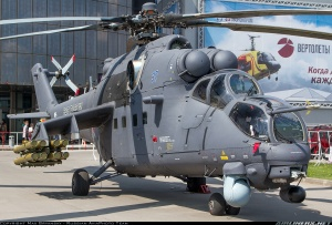 Mil Mi-35M presentado en Moscú en mayo de 2013. Obsérvese el nuevo rotor en X, el tren sin mecanismo retractable, los misiles Ataka-V en los soportes subalares y los sistemas de navegación y control de fuego en el morro. Carece del canón GSh-23L (Fuente: Russian AviaPhoto Team/Airliners.net)