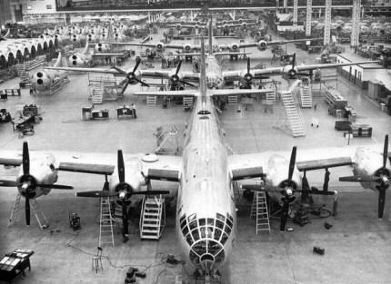Línea de montaje de las Superfortalezas en la planta de Wichita (Kansas), una de las que Boeing destinó a la construcción del B-29. Imágenes como ésta razonan quienes tenían que vencer en la Segunda Guerra Mundial. (Fuente: planesofthepast.com)