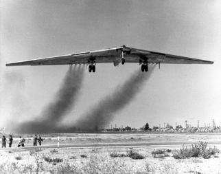 El gigantesco YB-49 despega por primera vez el 21 de octubre de 1947. Su radical y a la vez prometedor concepto fue sin embargo denostado en favor del más convencional Convair B-36