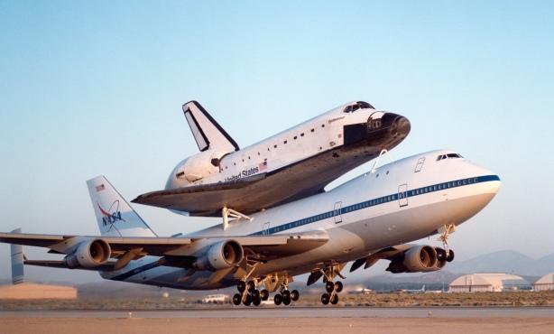 El Boeing 747 Shuttle Carrier Aircraft con el transbordador espacial Endeavour despega para su traslado al Kennedy Space Center en Florida. (Fuente: NASA.gov)