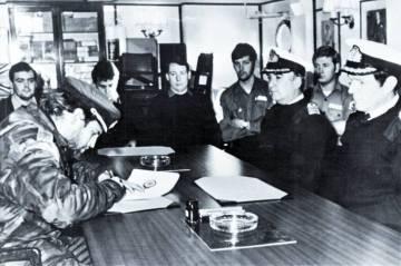 El capitán argentinoAlfredo Astiz rinde las Islas Georgias a los británicos el 26 de abril de 1982.