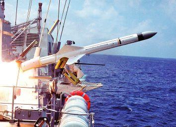 Lanzamiento desde un buque de un Exocet MM.40, versión mejorada del MM.38