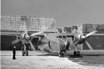 El prototipo del Ambassador con matrícula G-AGUA, a punto de iniciar el carreteo. Obsérvese el gran tamaños de sus dos propulsores Centaurus, y la verdadera pureza de líneas del diseño