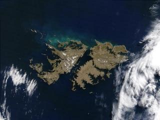 Imagen satelital del Archipiélago de las Malvinas (o Falkland). Las dos mayores islas son la Gran Malvina e Isla Soledad, con su capital, Port Stanley, y separadas por el estrecho de San Carlos
