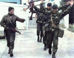 Un cabo de la Agrupación de Comandos Anfibios conduce a un grupo de Royal Marines británicos rendidos en la Operación Rosario, de Reconquista de las Malvinas, el 1 de Abril de 1982 (Fuente: contextotucuman.com)