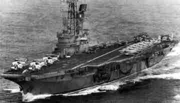 El Portaaviones ARA Veinticinco de Mayo. Su retirada a aguas menos peligrosas tras el hundimiento del ARA General Belgrano obligó a los Super Étendard a operar desde bases continentales