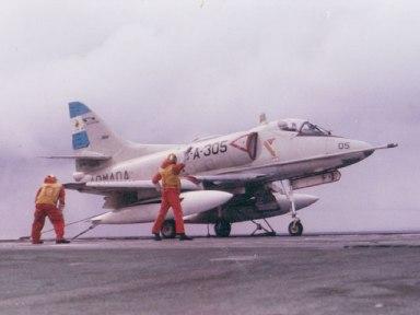 Uno de los McDonnell Douglas A-4Q pertenecientes al Grupo Embarcado del ARA Veinticinco de Mayo, operando en dicho portaaviones.