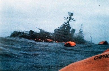 Dramática instantánea del hundimiento en las frías aguas del Atlántico sur, del crucero ARA General Belgrano, a manos de un submarino nuclear británico.