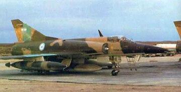 El IAI Dagger era un cazabombardero israelí procedente del diseño del MIrage 5 y del que disponían los argentinos en cierta cantidad. Este ejemplar, con matrícula C-430, fue derribado por un Sea Harrier el 24 de mayo de 1982