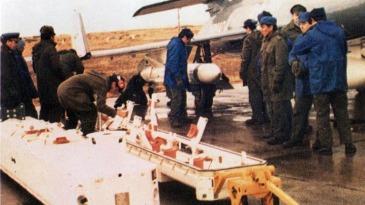 Armeros argentinos se disponen a montar uno de los Exocet en el plano del Super Étendard, en la Base de Río Grande
