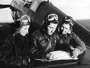 Tres aviadoras consultan la cartografía disponible antes de una misión. Litviak es la primera por la izquierda