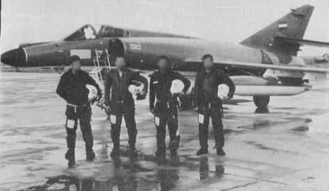 Anónimos aviadores iraquíes posan delante de su Super Étendard (uno de los cinco alquilados a Francia). La efectividad de  este sistema de armas motivó que otras naciones desearan añadirlo a sus arsenales, como Iraq en su guerra con su vecino iraní.