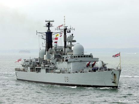 El destructor HMS Nottingham (D91) perteneciente a la clase 42 navegando. Obsérvese los lanzadores de proa de los Sea Dart (Fuente: military-today.com)
