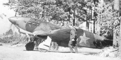 Un Yak-1 es ayudado por personal de tierra para salir de su aparcamiento e iniciar el carreteo. Parte de su éxito radicaba en su solidez para encajar impactos y operar en aeródromos improvisados
