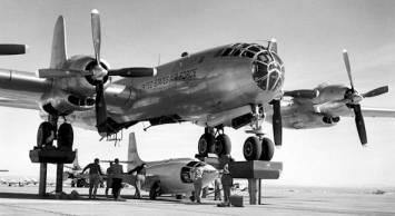 Configuración prevuelo del X-1 en la panza del avión nodriza, B-29 Superfortress
