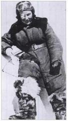 Lilya Litviak desciende de su avión tras una misión de combate, probablemente en el invierno de 1942