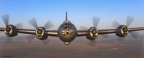 Vista frontal en vuelo de un B-29 superviviente.  Su inconfundible perfil y su aerodinámica línea convierten a este avión en una hermosísima máquina (fuente: Bill Crump)